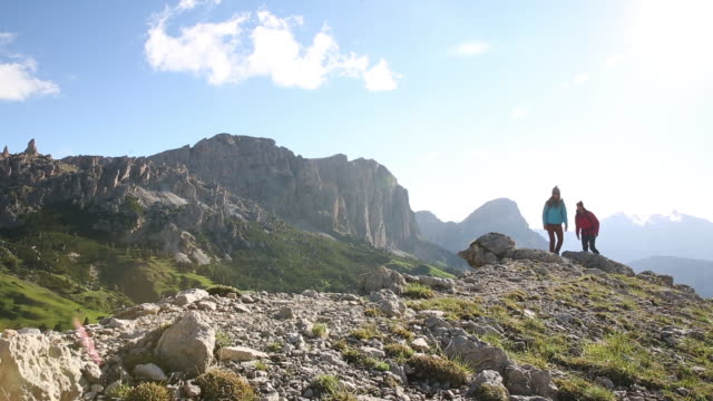 a couple hiking in the dolomite mountains of italy - paar mittleren alters stock-videos und b-roll-filmmaterial
