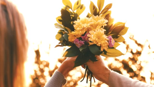 花の花束を一緒に保持しているカップル - 花束点の映像素材/bロール