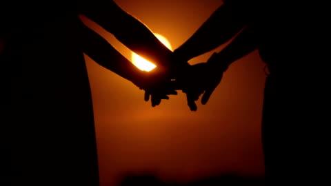 vídeos y material grabado en eventos de stock de primer plano de una pareja sosteniendo las manos en puesta - less than 10 seconds
