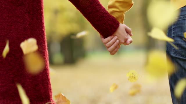 stockvideo's en b-roll-footage met paar hand in hand - echtgenoot