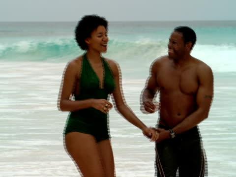 vidéos et rushes de ms,  shaky,  cu,  couple holding hands walking on beach,  harbour island,  bahamas - flirter