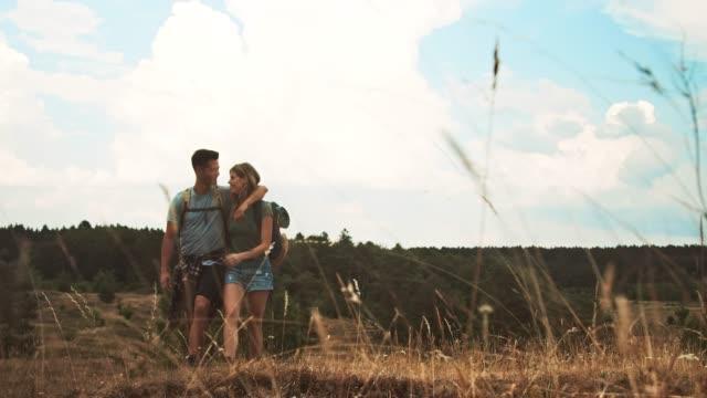 vídeos de stock e filmes b-roll de couple holding hands while hiking on mountain - beauty woman
