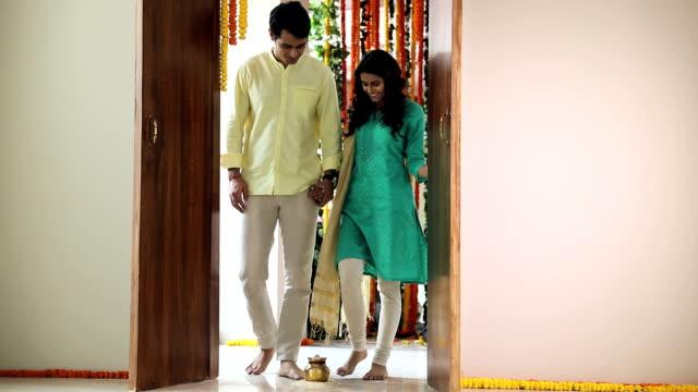 couple house warming, delhi, india - 式典点の映像素材/bロール