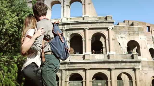 Paar Umarmung vor dem Coliseum