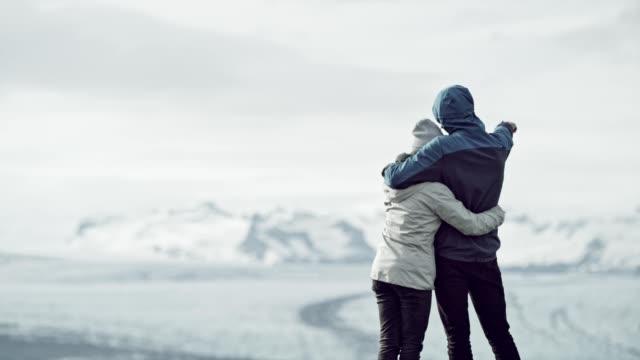 paar umarmt und blick auf gletscherlagune - glacier nationalpark stock-videos und b-roll-filmmaterial