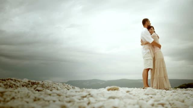 vídeos y material grabado en eventos de stock de pan tu pareja abrazándose sí en la playa - falda