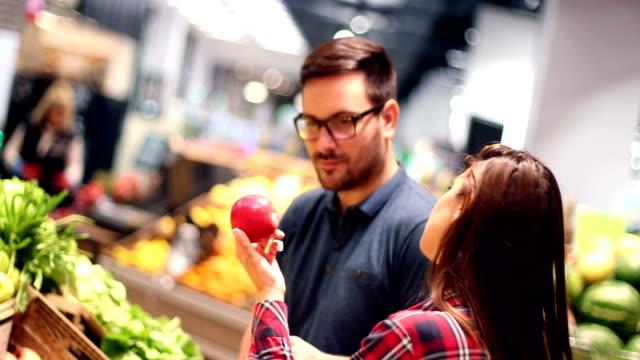 食料品店のカップル - 生鮮食品コーナー点の映像素材/bロール