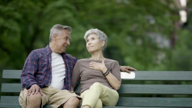 vídeos de stock e filmes b-roll de couple in a park - 60 64 anos