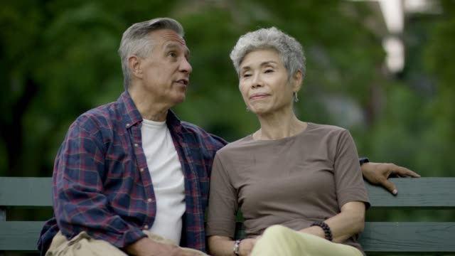 couple in a park - panchina video stock e b–roll