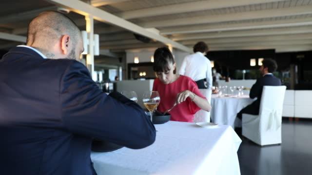 paar bei einem romantischen abendessen in einem luxusrestaurant - paar mittleren alters stock-videos und b-roll-filmmaterial