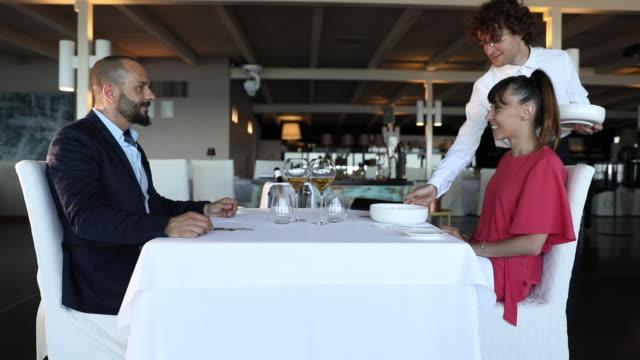 高級レストランでのロマンチックなディナーのカップル - テーブルマナー点の映像素材/bロール