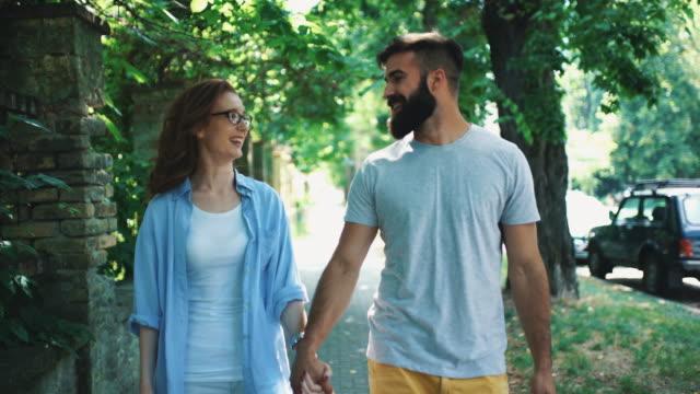 Paar in einen romantischen Spaziergang.