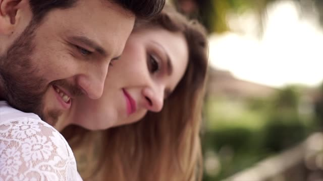 vídeos y material grabado en eventos de stock de pareja en el momento de afecto en casa - pareja de mediana edad