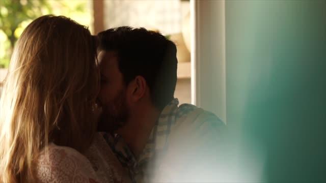 vídeos de stock, filmes e b-roll de casal em momento de afeto em casa - marido