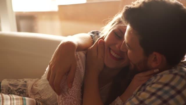 vídeos de stock, filmes e b-roll de casal em momento de afeto em casa - américa do sul