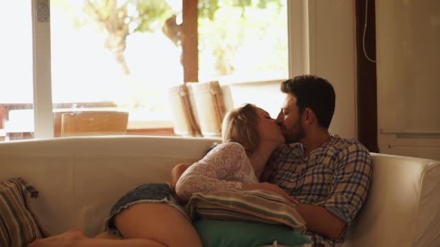 coppia in momento di affetto a casa - affettuoso video stock e b–roll