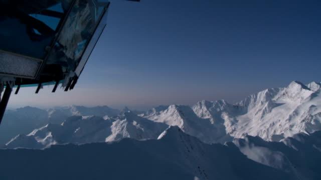カップルのアルパイン冬景色の中、山の日の出 - landscape scenery点の映像素材/bロール