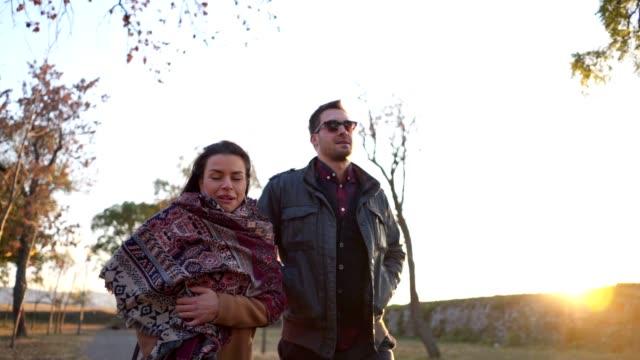 秋の野外を歩いているカップル - ウィンターコート点の映像素材/bロール