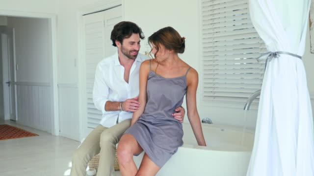 vídeos y material grabado en eventos de stock de couple in bathroom - camisola