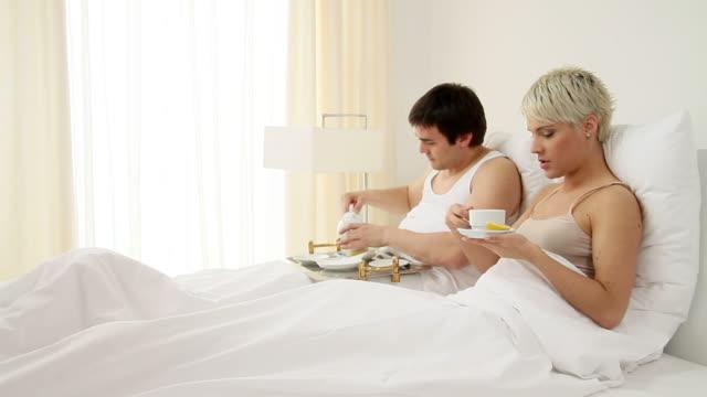 vidéos et rushes de couple au lit - couple d'âge moyen