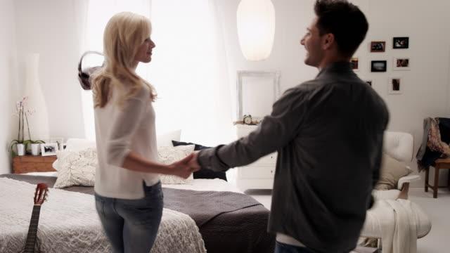stockvideo's en b-roll-footage met couple in bedroom - heteroseksueel koppel