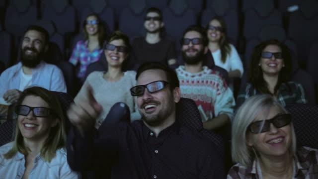 vídeos de stock, filmes e b-roll de casal no cinema - indústria cinematográfica