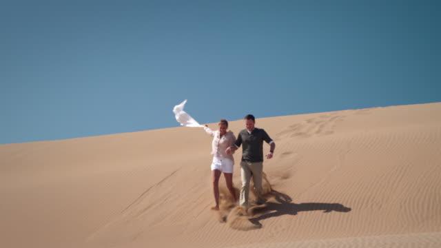 coppia nel deserto - romanticismo concetto video stock e b–roll