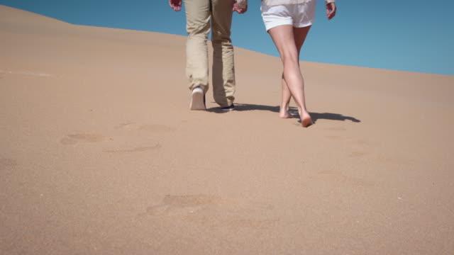 砂漠のカップル - distant点の映像素材/bロール