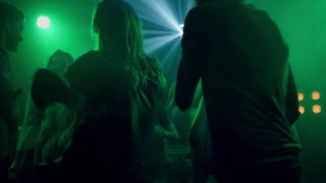 coppia in discoteca - coppia di adolescenti video stock e b–roll