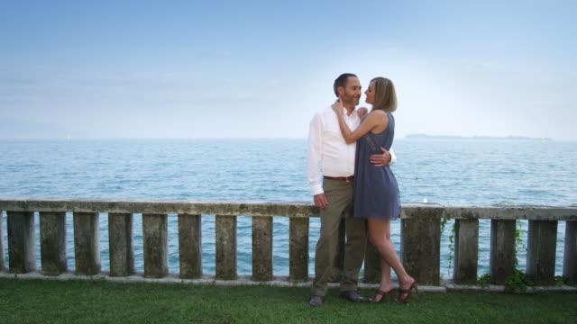 Casal na frente do lago