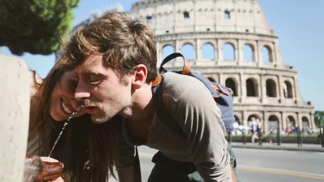 Paar vor dem Coliseum Trinkwasser