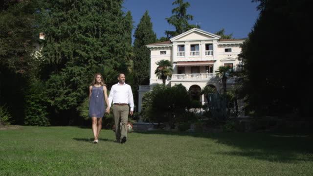 vídeos y material grabado en eventos de stock de pareja en el jardín - formal garden