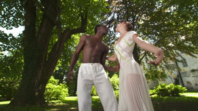 dolly hd: coppia in armonia - ballerino artista di spettacolo video stock e b–roll