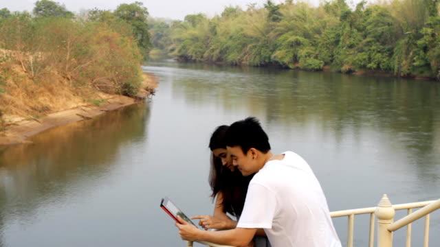 Paar im Urlaub und tablet-Technologie