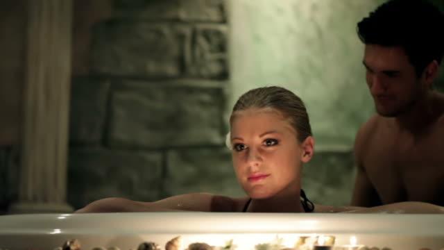 paar im whirlpool im spa-center - hot kiss stock-videos und b-roll-filmmaterial