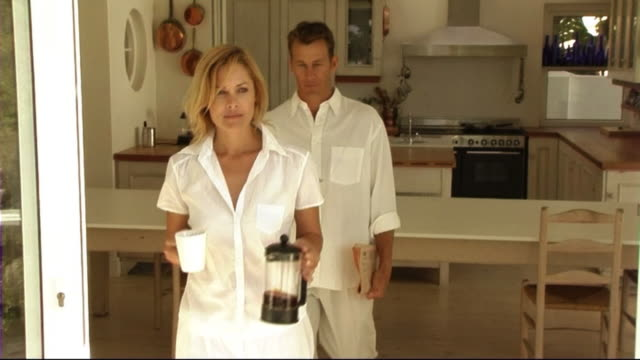 stockvideo's en b-roll-footage met couple in kitchen - mid volwassen koppel