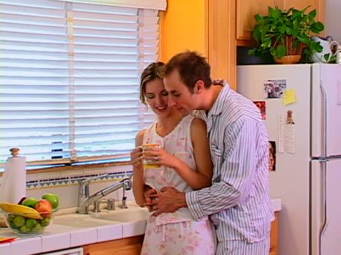 couple in kitchen - dreiviertelansicht stock-videos und b-roll-filmmaterial