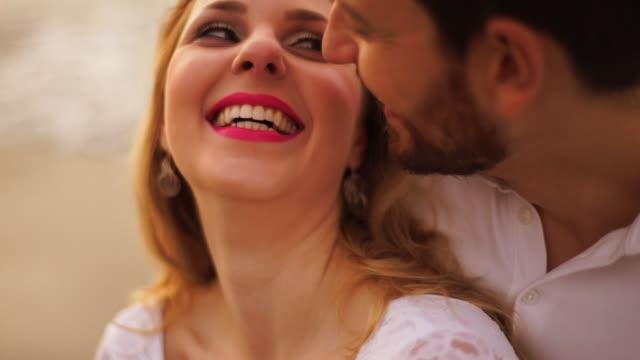 par förälskade på stranden - passion bildbanksvideor och videomaterial från bakom kulisserna