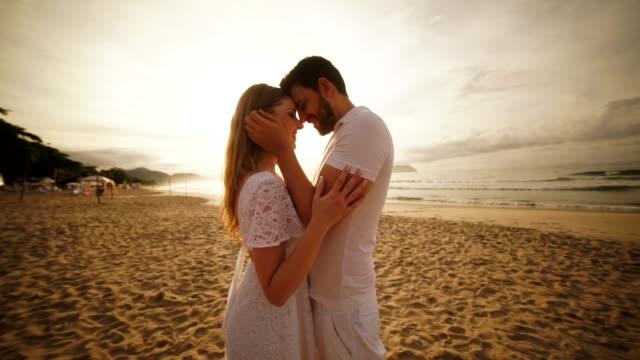 vidéos et rushes de couples dans l'amour à la plage - coup de foudre