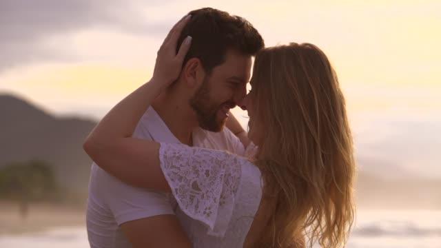 vidéos et rushes de couples dans l'amour à la plage - tomber amoureux