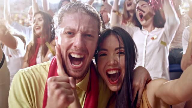 paar in liebe tun selfies im stadion - stadion stock-videos und b-roll-filmmaterial