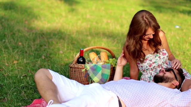 愛のカップルでのピクニック - ギフトバスケット点の映像素材/bロール