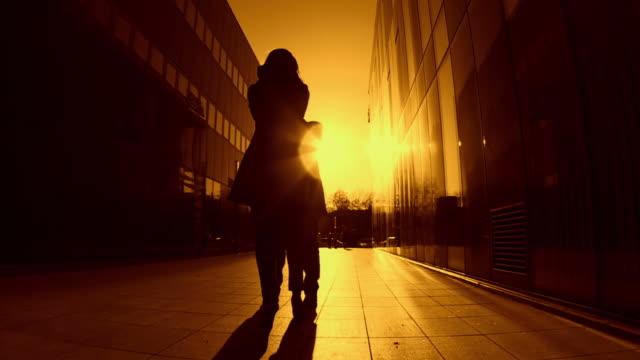 vidéos et rushes de hd ralenti: couple en amour - ciel changeant