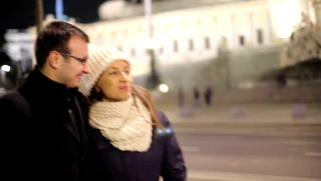 paar in liebe - britisches parlament stock-videos und b-roll-filmmaterial