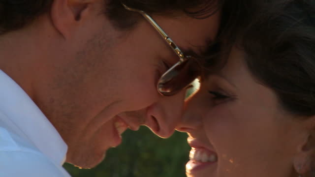 stockvideo's en b-roll-footage met hd: couple in love - eskimokus geven