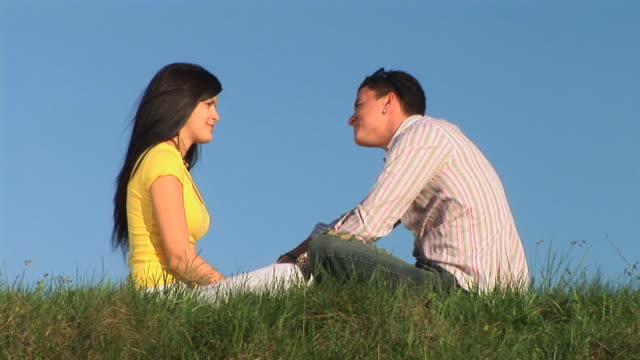 hd :愛のカップル - 床に座る点の映像素材/bロール