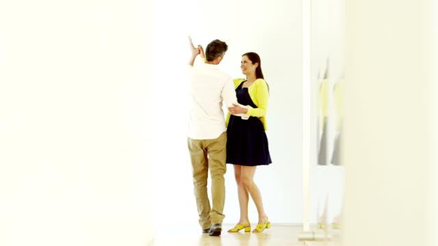 stockvideo's en b-roll-footage met couple in modern home - de volgende stap