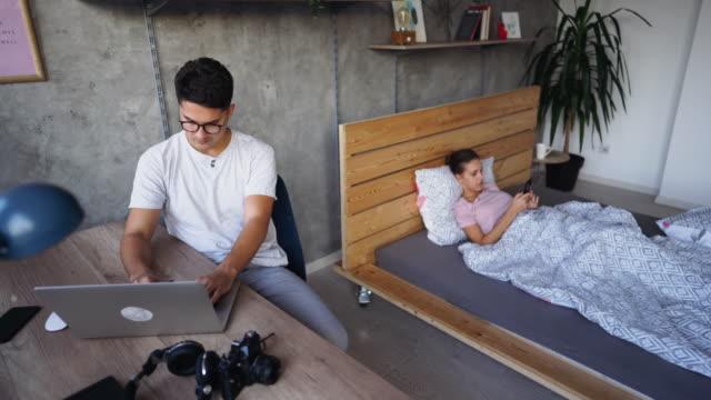vídeos y material grabado en eventos de stock de pareja en la era de la tecnología moderna - pijama