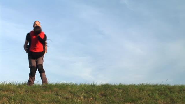 vídeos y material grabado en eventos de stock de hd: pareja en la naturaleza - pareja de mediana edad
