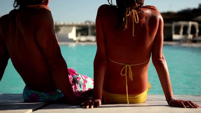 vidéos et rushes de couple à la piscine - eau dormante